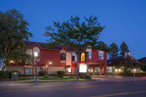 Super 8 by Wyndham Mackinaw City/Beachfront Area - Mackinaw City - Building