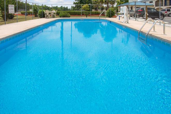 Super 8 by Wyndham Walterboro - Walterboro - Pool