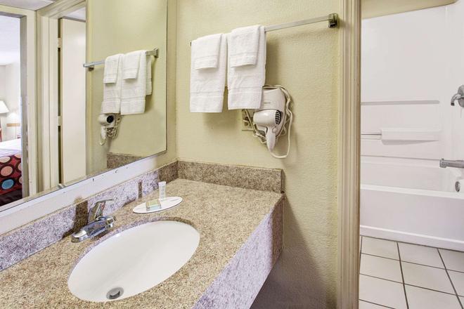 Super 8 by Wyndham Walterboro - Walterboro - Bathroom