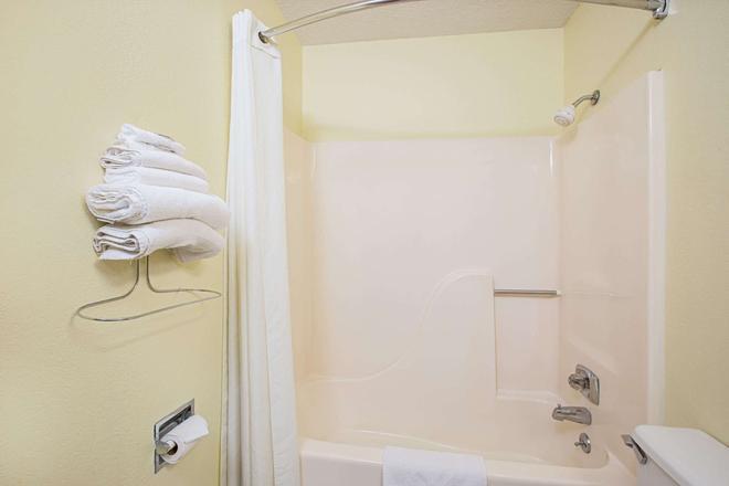 Super 8 by Wyndham Oskaloosa IA - Oskaloosa - Salle de bain