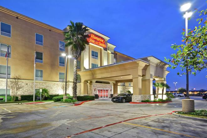 Hampton Inn & Suites San Antonio/Northeast I-35, TX - San Antonio - Building