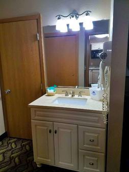Americas Best Value Inn & Suites - Bismarck - Bathroom