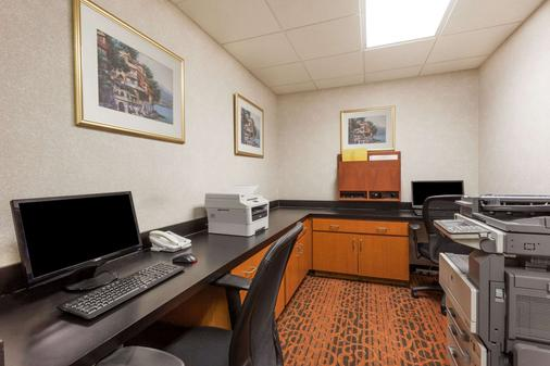 Wingate by Wyndham Winchester - Winchester - Business centre