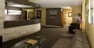 Mariaggi's Theme Suite Hotel & Spa - וויניפג - דלפק קבלה
