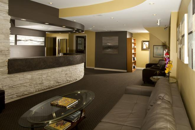 Mariaggi's Theme Suite Hotel & Spa - Winnipeg - Front desk