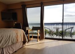 Above Tide Motel - Campbell River - Bedroom