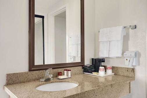 Ramada by Wyndham Torrance - Torrance - Bathroom