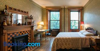 The Harlem Flophouse - New York - Bedroom