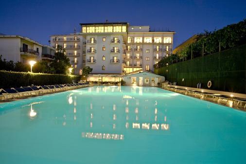 芙羅拉大酒店 - 索倫托 - 索倫托 - 游泳池