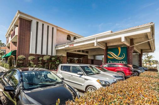 Quality Inn & Suites Irvine Spectrum - Lake Forest - Gebäude