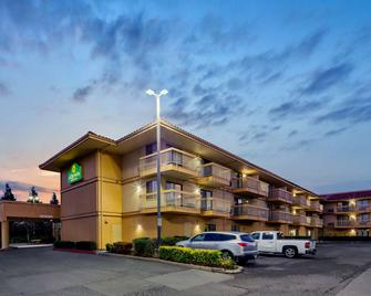 La Quinta Inn & Suites by Wyndham Oakland - Hayward - Hayward - Building