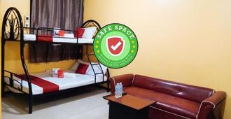 RedDoorz near Baclay Drive Super Metro - Cebu City - Bedroom
