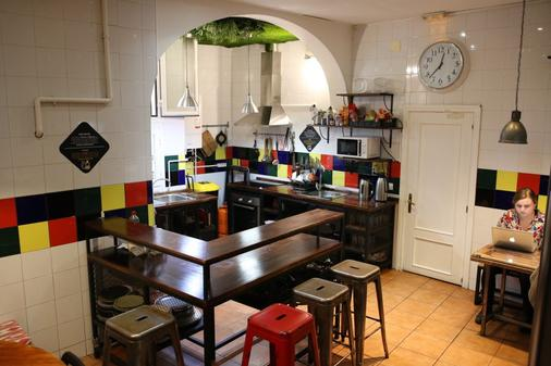 Way Hostel - Madrid - Kitchen