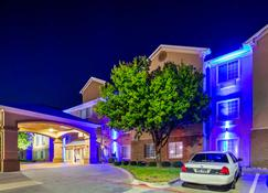 Best Western Plus Cutting Horse Inn & Suites - Weatherford - Building