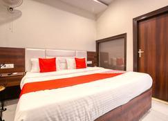 OYO 42743 Hotel Midway - Zerakpur - Schlafzimmer