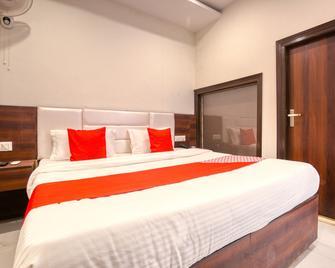 OYO 42743 Hotel Midway - Zerakpur - Bedroom