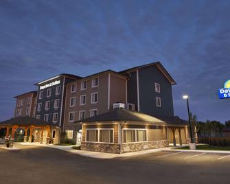 Days Inn & Suites by Wyndham Lindsay - Lindsay - Building