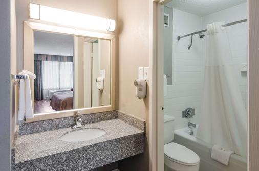 Quality Inn Roanoke Airport - Roanoke - Bedroom