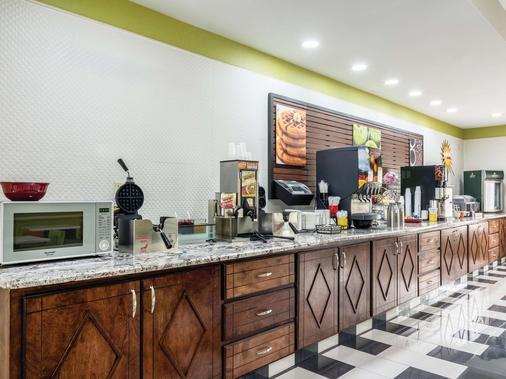 La Quinta Inn & Suites by Wyndham Prattville - Prattville - Buffet