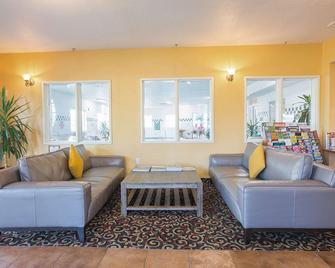 Red Lion Inn & Suites Mcminnville - McMinnville - Вітальня