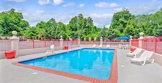 Ramada Baltimore West - Baltimore - Bể bơi