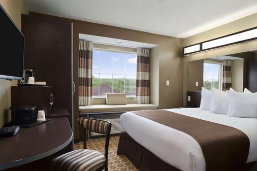 Microtel Inn & Suites by Wyndham Fairmont - Fairmont - Bedroom