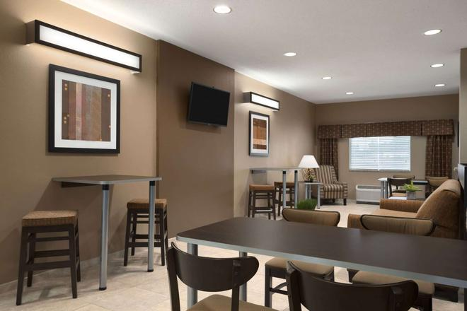 Microtel Inn & Suites by Wyndham Fairmont - Fairmont - Lobby