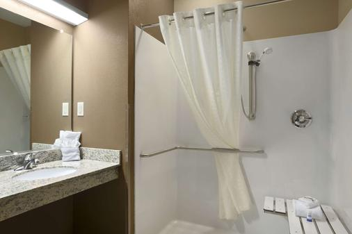 Microtel Inn & Suites by Wyndham Fairmont - Fairmont - Baño