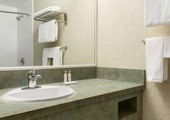 Travelodge by Wyndham Winnipeg East - Winnipeg - Bathroom