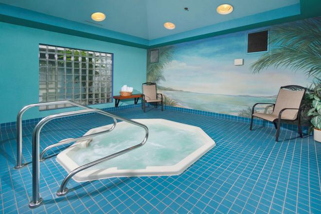Accent Inns Burnaby - Burnaby - Pool