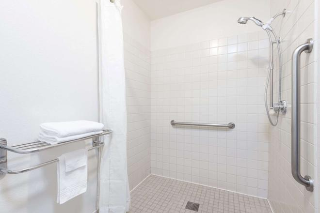 Super 8 by Wyndham Missoula/Reserve St. - Missoula - Bathroom