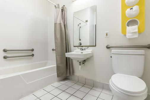 Motel 6 Indianapolis - Southport - Indianapolis - Bathroom