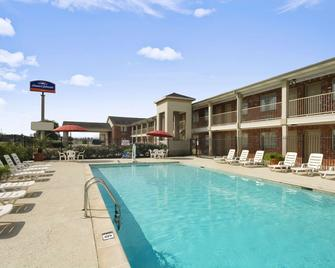 Howard Johnson by Wyndham Beaumont - Beaumont - Pool
