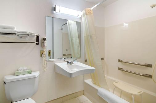 Quality Inn Russell - Russell - Bathroom
