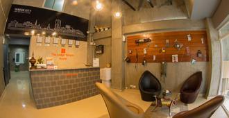 The Lodge Yangon B&B - Yangon - Front desk