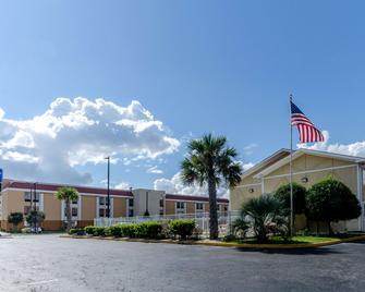 Rodeway Inn and Suites Jacksonville near Camp Lejeune - Jacksonville - Building