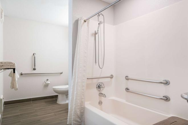 Microtel Inn & Suites by Wyndham Rochester Mayo Clinic North - Rochester - Bathroom