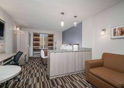 Microtel Inn & Suites by Wyndham Rochester Mayo Clinic North - Rochester - Phòng ngủ