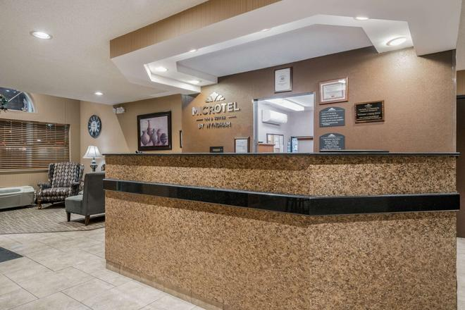 Microtel Inn & Suites by Wyndham Rochester Mayo Clinic North - Rochester - Front desk