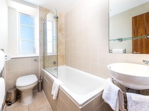 Roland House - London - Bathroom