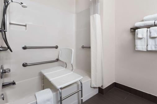 Baymont by Wyndham Waterloo - Waterloo - Bathroom