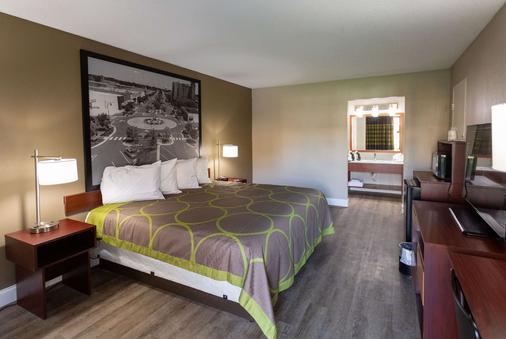 Super 8 by Wyndham Goldsboro - Goldsboro - Bedroom