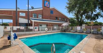Motel 6 Houston - Brookhollow - יוסטון - בריכה
