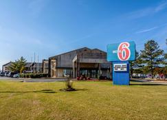 Motel 6 Kenly Nc - Kenly - Building