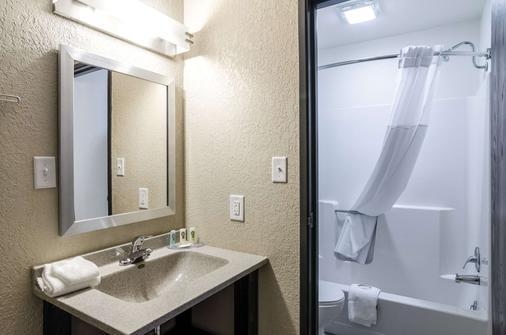 Quality Inn - Great Bend - Bathroom