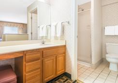 Hawthorn Suites by Wyndham Wichita East - Wichita - Bathroom