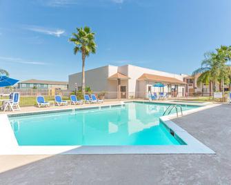 旅順口華美達酒店 - 阿瑟港 - 阿瑟港(德克薩斯州) - 游泳池
