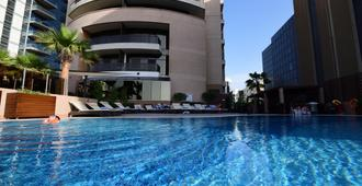 Majestic City Retreat Hotel - דובאי - בריכה