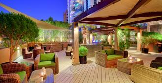 Majestic City Retreat Hotel - דובאי - פטיו