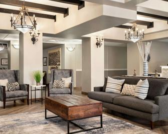 La Quinta Inn & Suites by Wyndham Trinidad - Trinidad - Вітальня